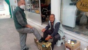 Yediği cezadan 1 ay sonra dışarı çıktı, izni ayakkabı boyayarak geçirdi