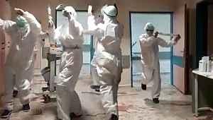 Yoğun bakımda koronavirüs hastası kalmayınca sağlıkçılar müzikli kutlama yaptı
