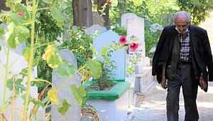 10 yıldır eşinin mezarını her gün ziyaret ediyor