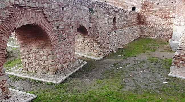 2 Bin yıllık Roma surlarını spreyle boyayıp, yanında ateş yaktılar - Bursa Haberleri