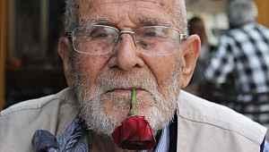 62 yıldır ağzından düşürmediği gülle virüse meydan okuyor - Bursa Haberleri