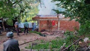 7 kişilik aile yangına uykuda yakalandı, eşyalar küle döndü