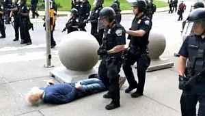 ABD polisinin şiddeti bitmiyor! Yere ittikleri yaşlı adam, yerden kalkamadı