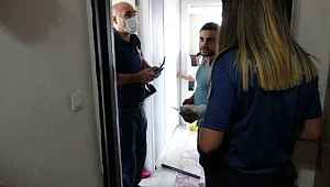 Annelerini odaya kilitleyip evden çıkan küçük çocuklar panik yaşattı
