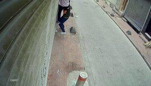 Arkadaşının omzuna basarak eve çıktı, yaşlı kadın uyanınca pencereden kaçtı
