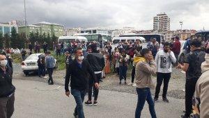 Bağcılar'da maaşlarını alamadığını iddia eden işçiler grev yaptı