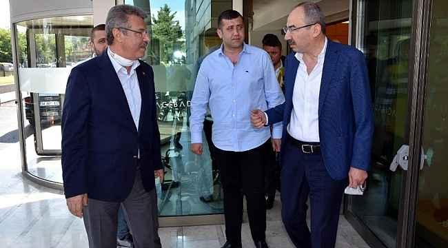 Başkan Gülsoy ve Akay ameliyat olan Burhan Ersoy'u ziyaret etti