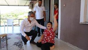Başkan Oktay, 11 yaşındaki engelli Berat'ı evinde ziyaret etti