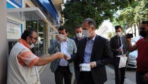 Başkan Taban, maske dağıtıp vatandaşı uyardı: