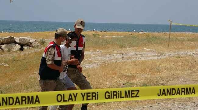 Battığı iddia edilen tekneden sağ kurtulan kişi arama çalışmalarına katıldı