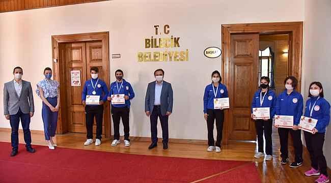 Belediye Başkanı Şahin'den sporculara 500 TL'lik hediye çeki