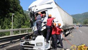 Bolu TEM'de tır önündeki kamyona çarptı: 1 yaralı