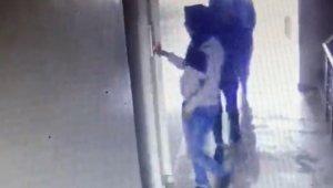 Hırsızlık yapan kadınları, yanlarındaki çocuğun yürüyüş şekli ele verdi