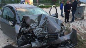 Bursa'da kontrolden çıkan otomobil duvara çarptı: 3 yaralı - Bursa Haberleri