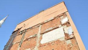 Çökme tehlikesi olan ve boşaltılan iki binanın kolonlarından gelen sesler mahalleliyi tedirgin etti
