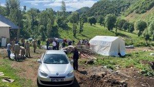 Depremde ağır hasar alan köyde çadırlar kuruluyor