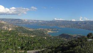 Doğası ve turkuaz renkli baraj gölüyle görenleri mest ediyor
