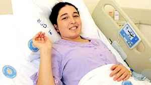 Dünyanın ilk başarılı rahim nakli hastası bebeğini kucağına aldı