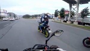 E-5 Karayolu'nda motosikletli magandalar dans edip birbirine tekme attı