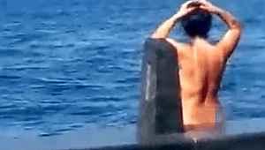 Eminönü'nde hayrete düşüren olay... Kimseyi umursamayan kadın çırılçıplak denize girdi