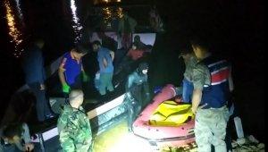 Erzincan ve Elazığ'dan gelen balık adamlar cesedi sudan çıkardı