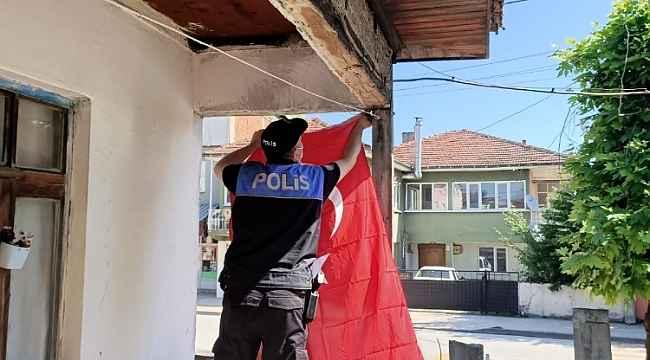 Eskiyen bayrağı polisler değiştirdi