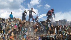 Fabrikanın açık depolama alanındaki atık kağıtlar alev alev yandı