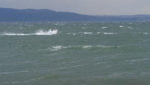 Gemileri bile sürükleyen fırtınada jet ski ile dalgalara meydan okudu - Bursa Haberleri