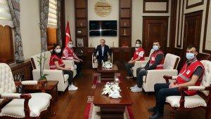 Genç Kızılay Gönüllüleri Vali Cüneyt Epcim'i ziyaret etti
