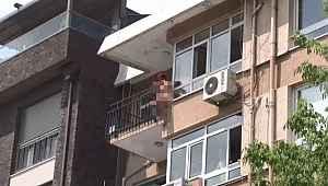 Görüntü Türkiye'den... Çırılçıplak soyunan kadın, kendisini balkondan aşağı bıraktı