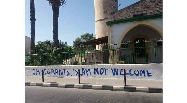 Güney Kıbrıs'ta camiye çirkin saldırı