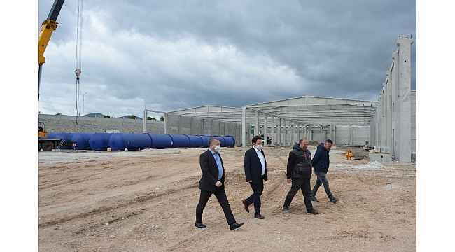İnşaatı süren gaz beton fabrikasını gezdiler