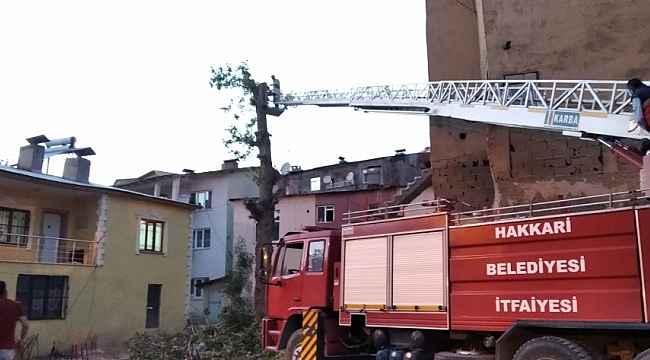 İtfaiye ekipleri tehlike saçan ağaçları kesti