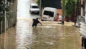 İzmir'de dereler taştı, evleri su bastı