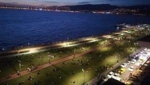 İzmir'de dikkat çeken yoğunluk! İzmirliler Kordon'a akın etti, kalabalık korkuttu
