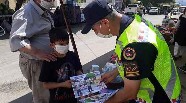 Jandarma çocuklara trafik kurallarını öğreten boyama kitabı hediye etti