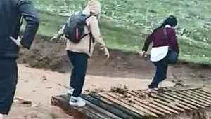 Kanyon yakınlarında selden mahsur kalan turistler çit sayesinde kurtuldu - Bursa Haberleri