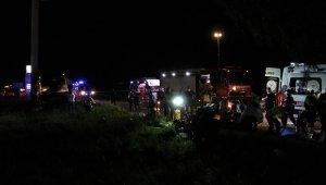 Gece yarısı feci kaza! Karşı şeride geçen otomobil yolcu otobüsünün altına girdi: 2 kişi hayatını kaybetti