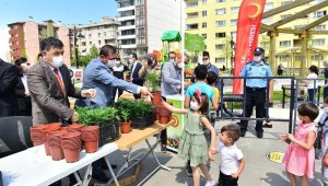 Kastamonu Belediyesi, çocuklara 15 bin çiçek fidesi dağıttı