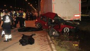 Trafik kazası yine can aldı! Kontrolden çıkan otomobil yol kenarındaki dorseye çarptı: 2 kişi hayatını kaybetti