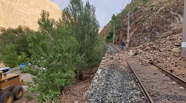 Kopan kaya parçaları tren ve kara yolunu kapattı