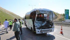 Kuzey Marmara Otoyolu'nda işçi servisi ile tır çarpıştı: 13 yaralı