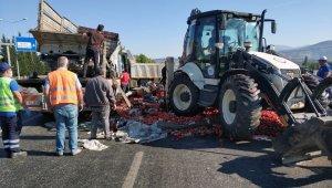 Menteşe'de domates yüklü kamyon devrildi