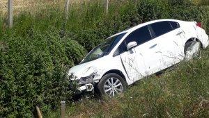 Otomobil ile kamyonet çarpıştı: 2 yaralı