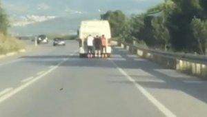 Pantenci gençler, otobüsün arkasında saniye saniye kaydedildi