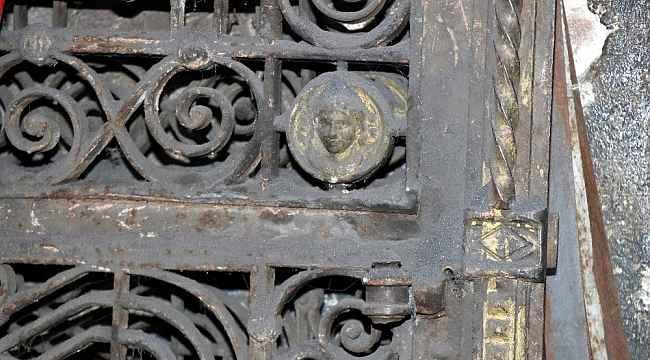 Papaz ve tarihi eser avcıları 'esrarengiz kapı'nın peşinde