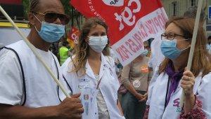 Paris'te sağlık çalışanları, çalışma koşullarını bir kez daha protesto etti