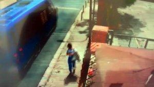 Pes dedirttin görüntü: Yolda fark ettiği çantayı alarak kayıplara Karıştı
