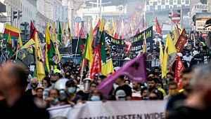 PKK'lılarla bir olan polis, Türklere saldırdı... Avrupa'nın göbeğinde büyük kriz