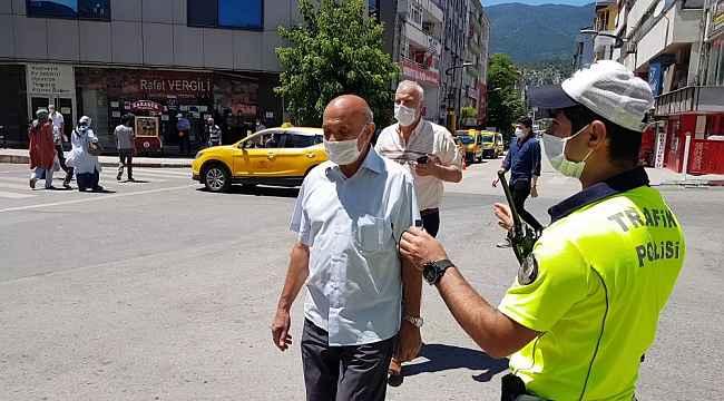 Polis memuru 'Can güvenliği' için yaya geçidini gösterdi